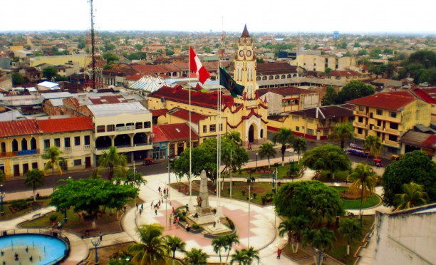 Iquitos belvárosa (forrás: http://upload.wikimedia.org/wikipedia/commons/5/5e/Iquitos-2012-plaza.jpg)