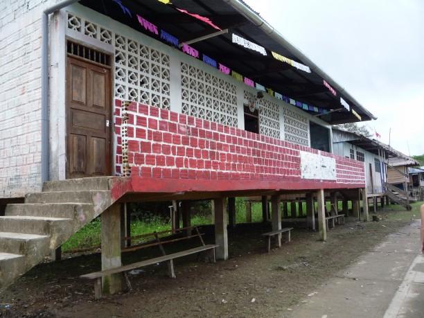 Iskola a dzsungel egyik fő szigetén