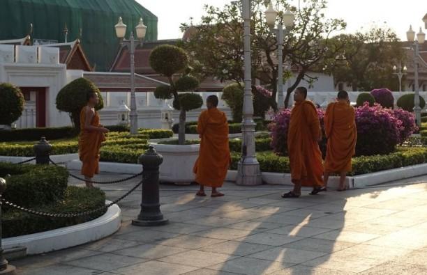 Buddhista szerzetes srácok hülyéskednek