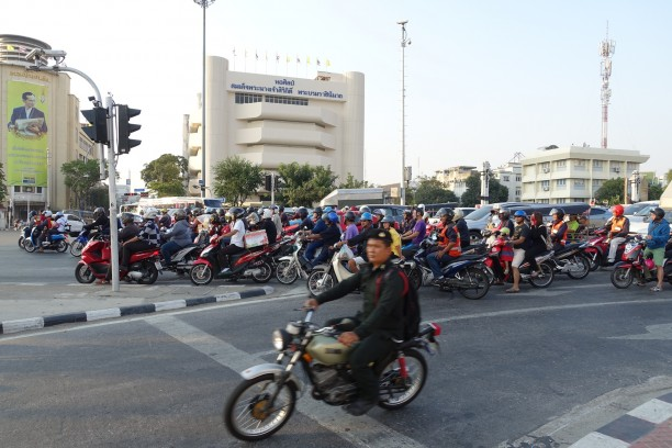 Forgalom Bangkok utcáin