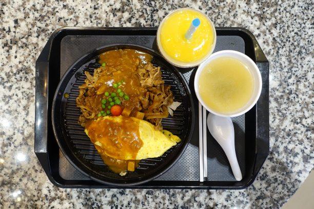 Omlettben sült rizs raguval, mangóshake
