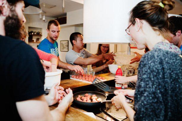Készül a húsgolyó egy stockholmi hostelben (forrás: http://ucd.hwstatic.com/propertyimages/1/1190/27.jpg)