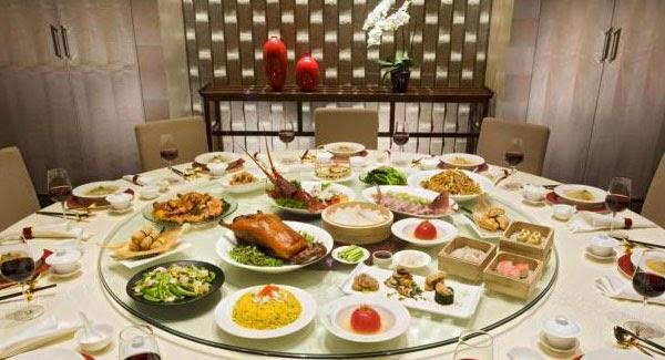 Forgó tálalóasztal (forrás: http://2.bp.blogspot.com/-rhXBXDdAj_E/VHzAYapD-hI/AAAAAAAATLc/BUWSorVNmDg/s1600/Lazy-Susan-2.jpg)